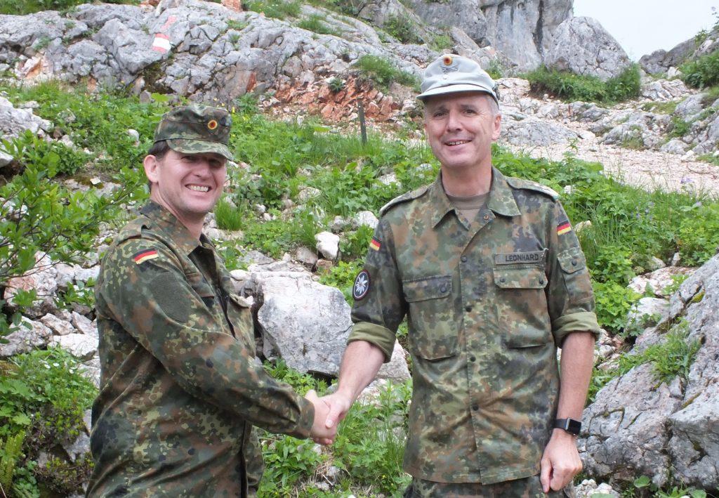 Mathias Kuhne (links), Regionalbereichsleiter der Deutschen Bahn Services GmbH Regionalbereich Nord, bedankte sich für die Zeit beim Pionierbataillon 905 und überreichte die Spende von 3.000 Euro für das Sozialwerk der Gebirgstruppe an Oberst Stefan Leonhard.