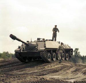 Historische Aufnahme zeigt Soldaten zusammen mit einem Kanonenjagdpanzer mit 90-mm-Rheinmetall-Kanone L/40,4 auf dem Truppenübungsplatz