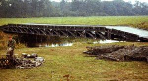 Eine Medium Girder Bridge (MGB) auf dem Truppenübungsplatz. Im Vordergrund ein Soldat.